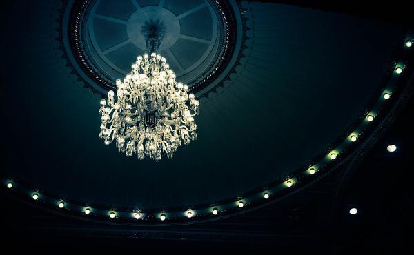 klasyczne żyrandole kryształowe pałacowe